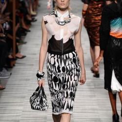 Sivri Yaka Monokrom Elbise Modelleri