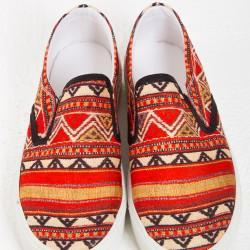 Kırmızı Etnik Desenli Ayakkabı Modelleri