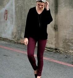 Sokak modası mürdüm rengi pantolon ve siyah kazak-siyah ayakkabı kombini