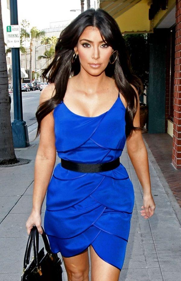 Dünyaca Ünlü Model Kim Kardashian'ın Yazlık Mavi Elbise Tercihi
