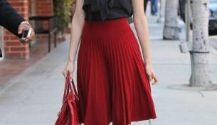 Kırmızı Pileli Etek ve Siyah Bluz Kombini