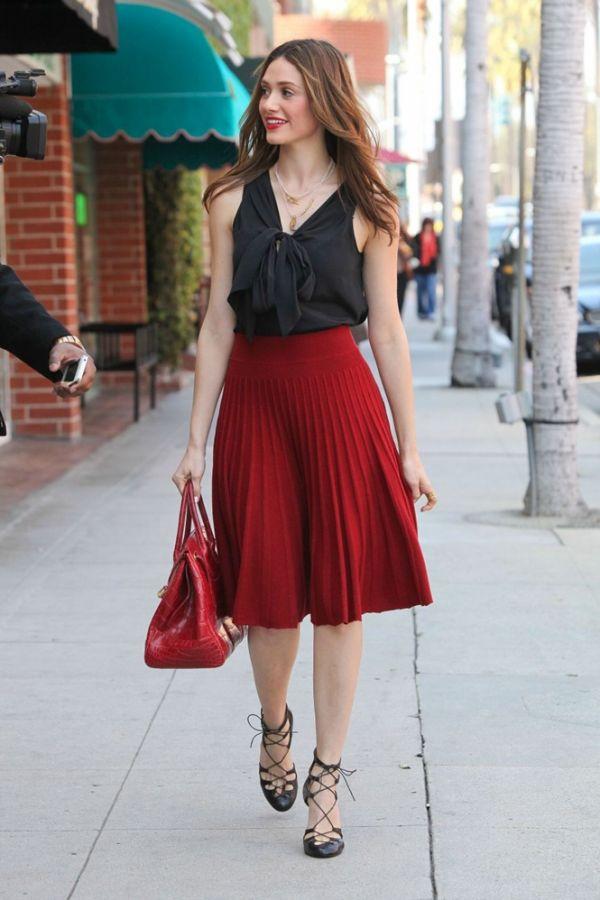 c895fac782d0e Kırmızı Pileli Etek ve Siyah Bluz Kombini »