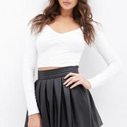 Beyaz V Yaka Bluz İle Muhteşem Uyumlu Pileli Deri Etek Modelleri