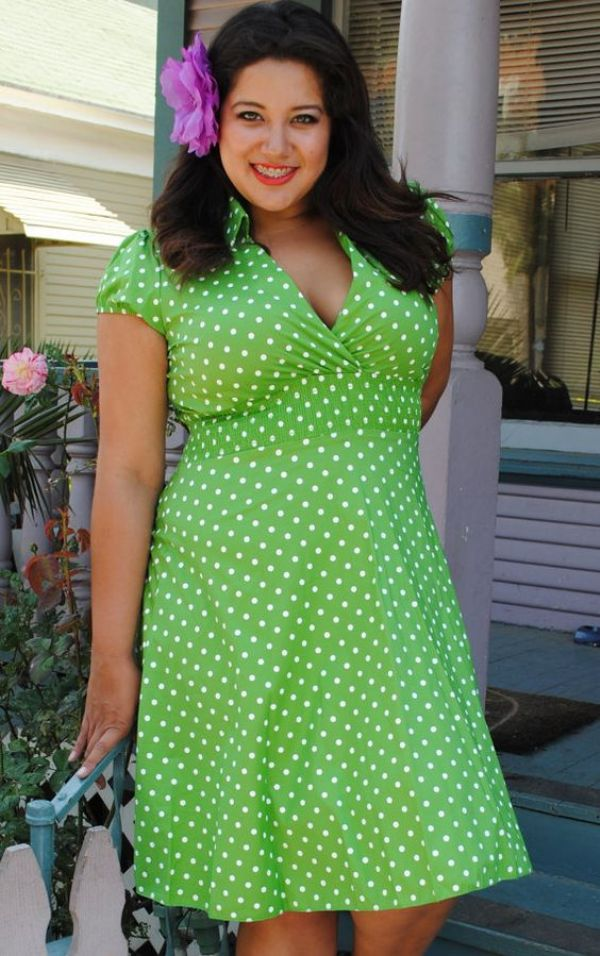 Yeşil Renkte Oldukça Güzel Büyük Beden Puantiyeli Elbise Modeli