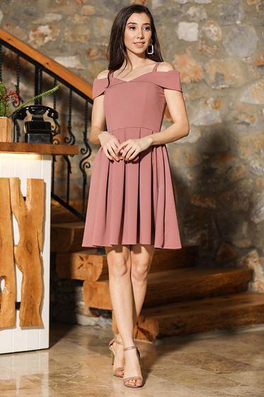En yeni patırtı elbise modelleri pudra renkli pileli çok şık tasarımlar